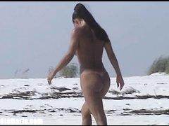 Красивая незнакомка на пляже бесплатно сделала любительский минет туристу
