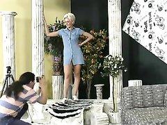 Шикарная зрелая блондинка в домашнем анальном видео строчит минет для возбуждения