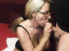 Домашний минет и секс с буккакэ со зрелой и грудастой блондинкой в очках