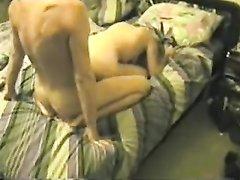 От кайфа зрелая блондинка сладко стонет в ходе домашнего секса на кровати