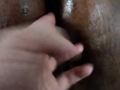Белый любовник в домашнем видео крупным планом дрочит киску негритянки