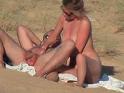 Зрелую супружескую пару сняли на нудистском пляже в любительском видео
