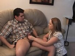 Добрая девушка в домашнем видео с женским доминированием мастурбирует член