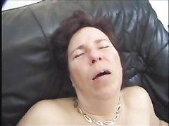 Зрелая немка в любительском видео балдеет от молодого члена в мокрой киске