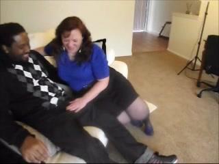 Зрелая британка с толстой фигурой в любительском видео ублажает чёрный член негра