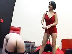 Курящая госпожа в красном в любительском видео с БДСМ и фейсситтинг наказывает мужика