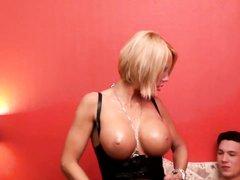 Зрелая блондинка с силиконовыми сиськами выбрала для любительского секса коллегу