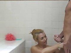 Зрелая блондинка в домашнем видео помыла поклонника в ванной перед интимом