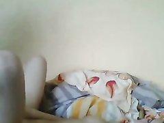 Брюнетка с маленькими сиськами в восторге от любительского секса в постели