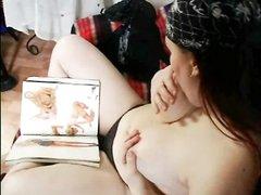 Дама с большими сиськами в любительском видео дрочит розовую киску на диване