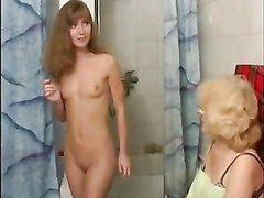 Худая студентка в лесбийском видео соблазнила зрелую блондинку в очках
