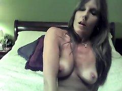 Загорелая зрелая леди на вебкамеру сняла нижнее бельё для онлайн любительской мастурбации