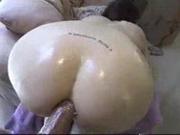 Любительский анальный секс с фигуристой брюнеткой вставшей на карачки