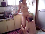 На кухне зрелая японская домохозяйка после куни встала в позу для секса