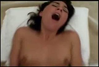 Брюнетка с маленькими сиськами в анальном видео трахается в попу с любимым