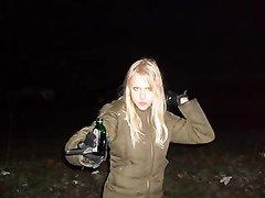 Приветливая молодая блондинка бесплатно строчит домашний минет с презервативом