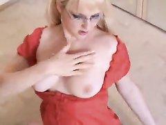 Очкастая блондинка в видео от первого лица делает любительский минет для буккакэ