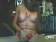 Молодая леди с загаром для онлайн мастурбации расположилась перед вебкамерой