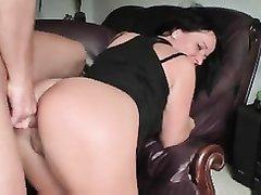 Фигуристая зрелая брюнетка перед любительским анальным сексом дрочит попу вибратором