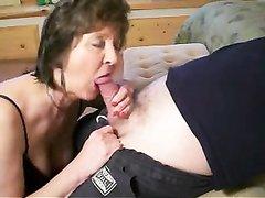 Опытная зрелая дама в любительском видео сосёт молодой член до окончания в рот