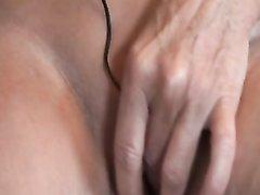 Зрелая немецкая домохозяйка на полу секс игрушкой мастурбирует бритую киску