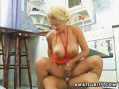 Перед анальным сексом на кухне зрелая блондинка просит любовника лизать клитор