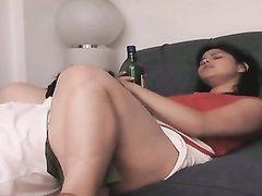 Поклонник фут фетиша в любительском видео с женским доминированием лижет киску толстухе