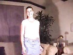 Длинноногая дама с маленькими сиськами в домашнем видео дрочит вибратором