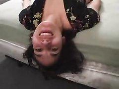 Молодая брюнетка в домашнем видео виртуозно исполнила глубокую глотку