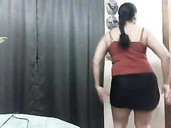 Молодая толстуха с широкими бёдрами онлайн на вебкамеру танцует горячий танец