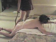 Плохой муж в домашнем видео с женским доминированием жёстко наказан суровой леди