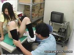 Продавец завёл японку в подсобку для домашнего секса с лизанием волосатой киски