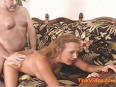 Зрелые дамы в домашнем групповом видео обслуживают белый и чёрный члены