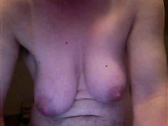 Зрелая дама мастурбирует большой клитор перед вебкамерой в любительском видео