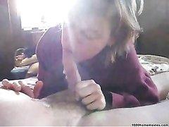 Голодная блондинка в любительском видео сосёт твёрдый член до окончания в рот
