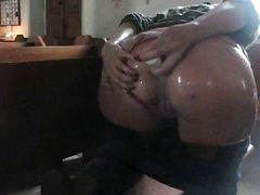 Фигурная дама с большой попой на улице и дома дрочит анус любительскими секс игрушками