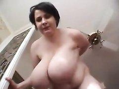 В немецком видео брюнетка с огромными сиськами позирует голой в домашней обстановке
