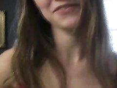 Танцовщица с маленькими сиськами в домашнем видео разделась до чулочек