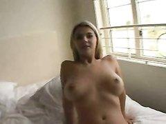Фигуристая грудастая блондинка в домашнем видео возбудила партнёра минетом