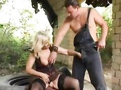 Пышная зрелая блондинка в чулках во дворе дома пробует анальный секс со студентом