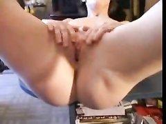 Бритая киска зрелой женщины нуждается в домашнем сексе с большим членом