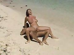 Фигуристая туристка с большими сиськами на пляже балдеет от любительского секса
