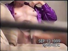 За домашней мастурбацией зрелой женщины с секс игрушкой подглядывают