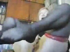 Грудастая зрелая блондинка в чулках в любительском видео дрочит клитор