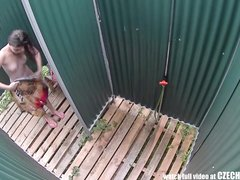 Любительское видео с подглядыванием со скрытых камер в пляжной кабинке