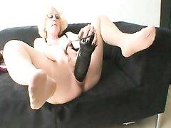 Домашняя мастурбация зрелой и толстой блондинки с огромной секс игрушкой