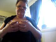 Толстая зрелая дама в домашнем видео обнажила большие сиськи на вебкамеру