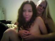 Брюнетка с маленькими сиськами с блондинкой шалит в любительском лесбийском видео