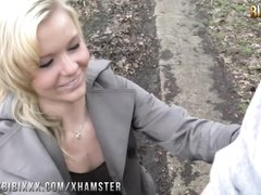 Роскошная блондинка в чулках и пикапер балдеют от любительского секса в парке