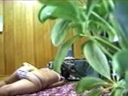 За мастурбацией пышной латинской горничной в домашнем видео подглядывает хозяин